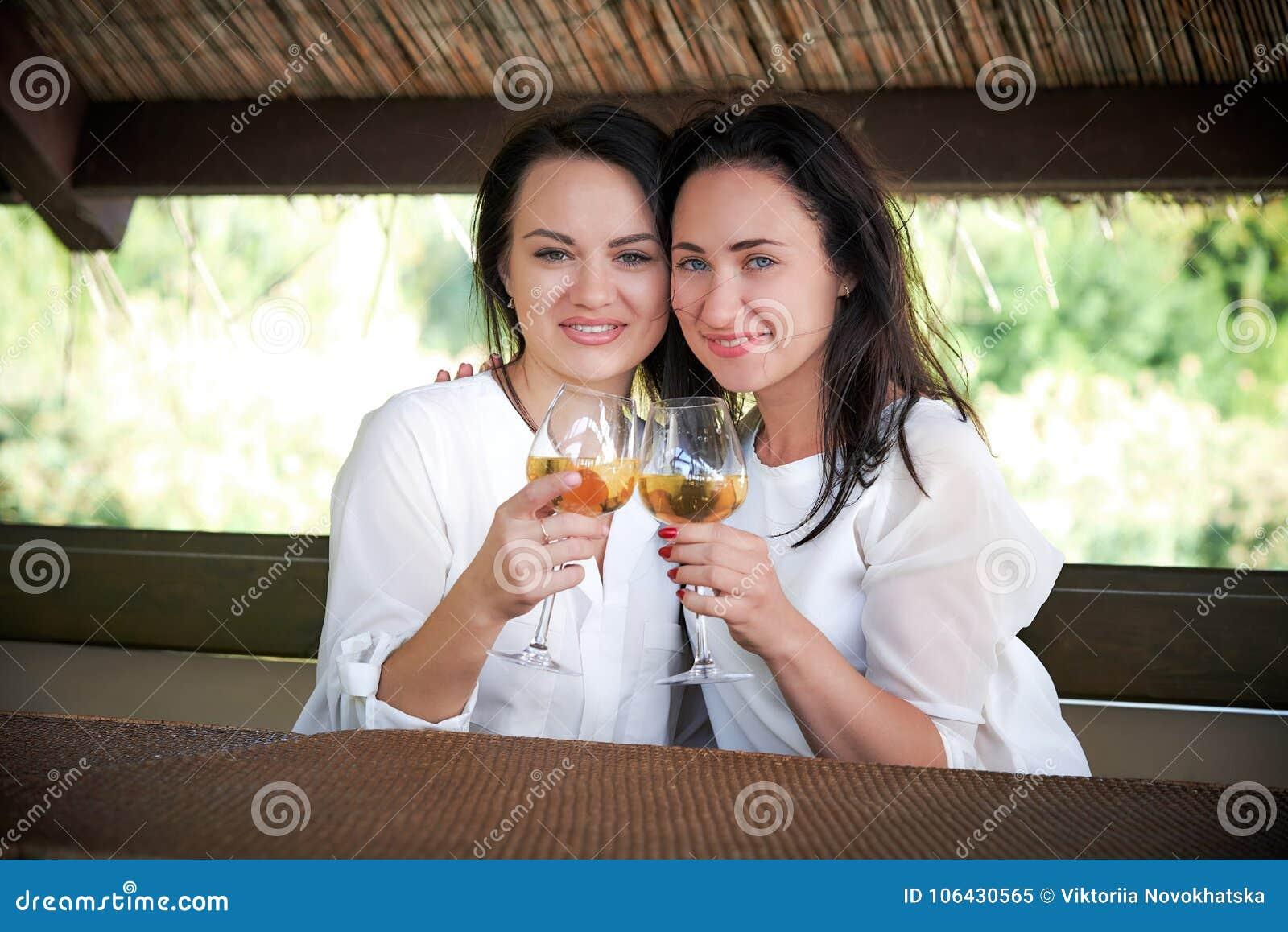 Amies dans un sourire de belvédère de restaurant