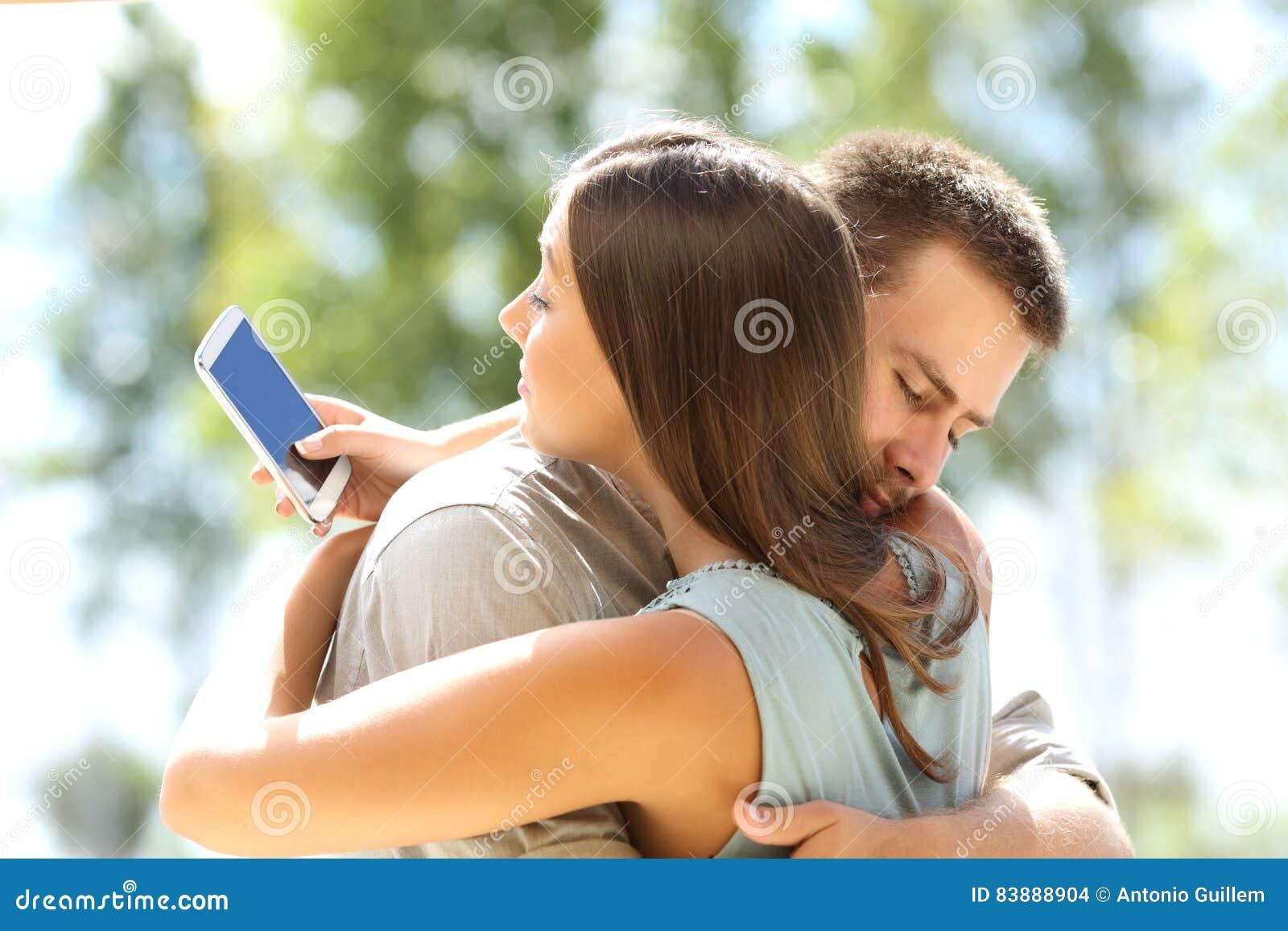 Amiga que engana e que abraça seu noivo