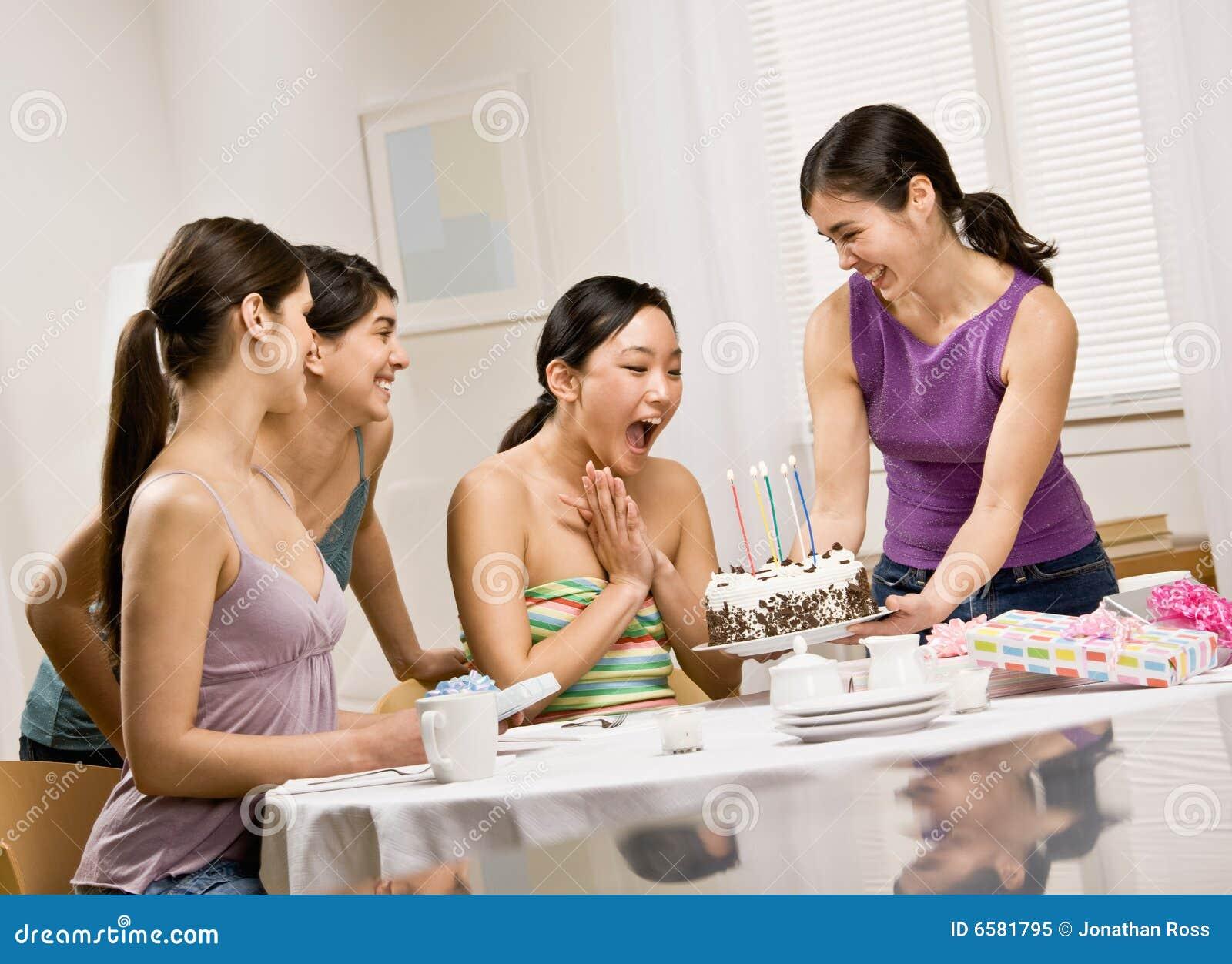 Amigo asombrosamente de la mujer con la torta de cumpleaños
