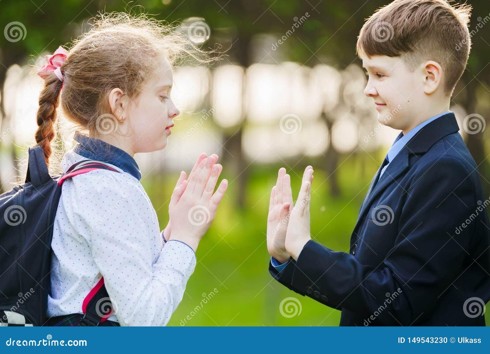 Amigo do aluno que aprecia aplaudindo as m?os