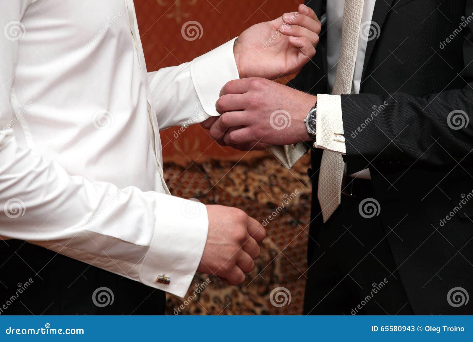 Amigo do parafuso prisioneiro das ajudas dos vestidos do noivo