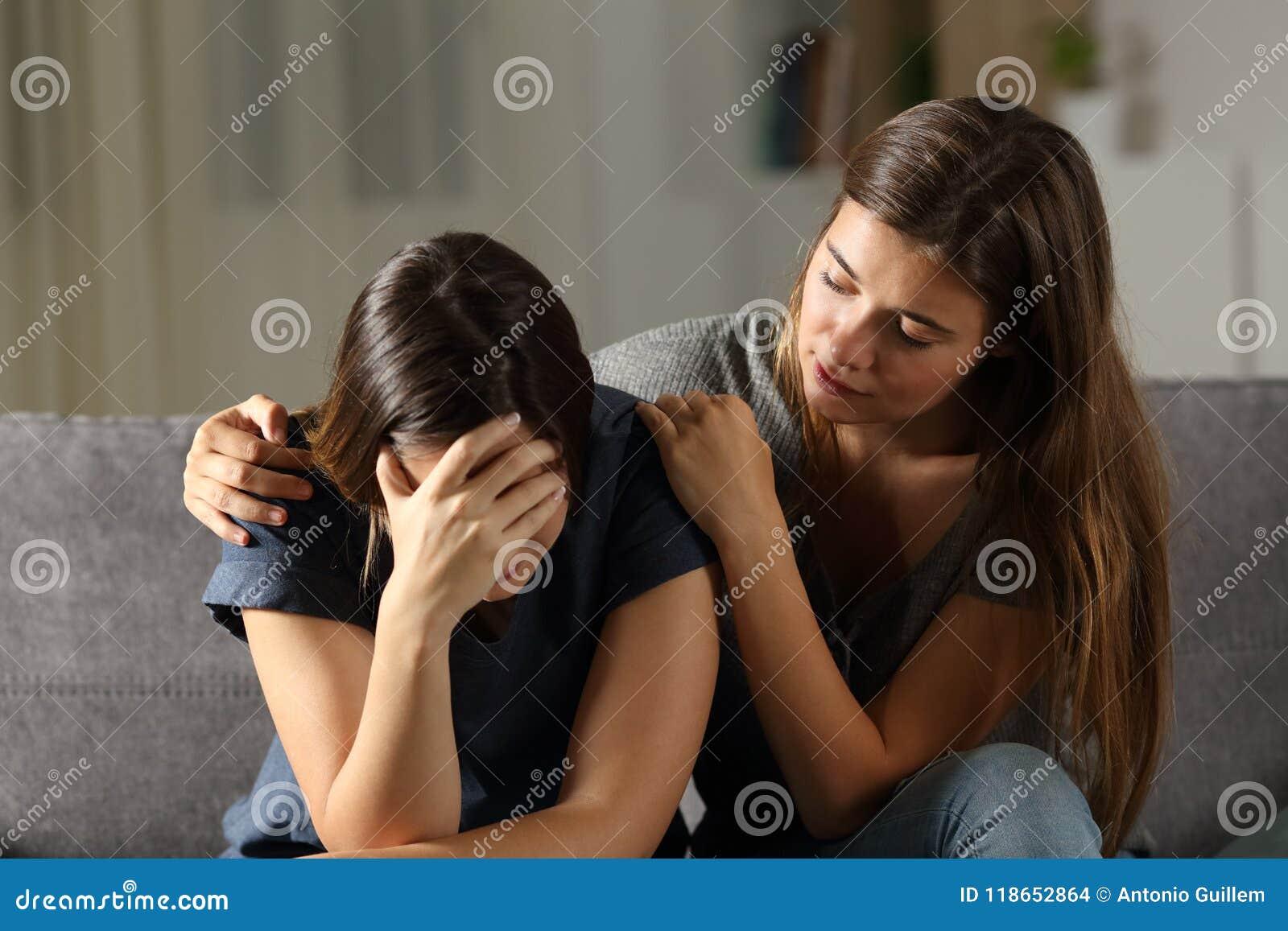 Amigo triste confortante adolescente de los hes en la noche