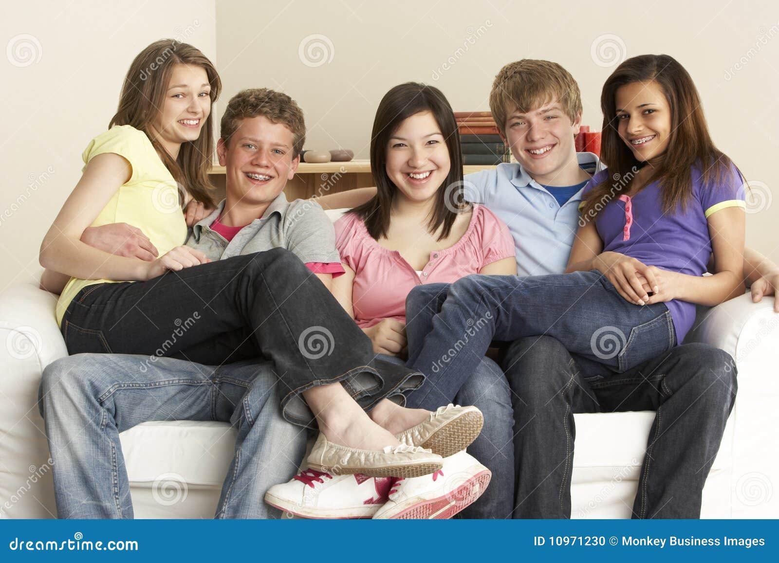 Amigos adolescentes que relaxam em casa