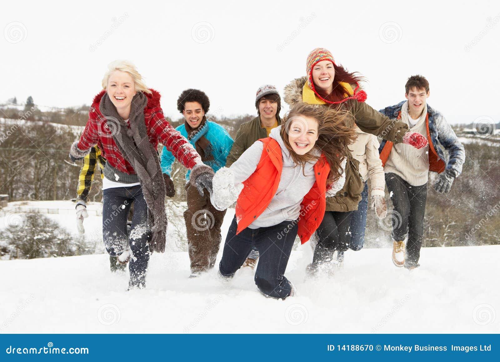 Amigos adolescentes que se divierten en el paisaje Nevado