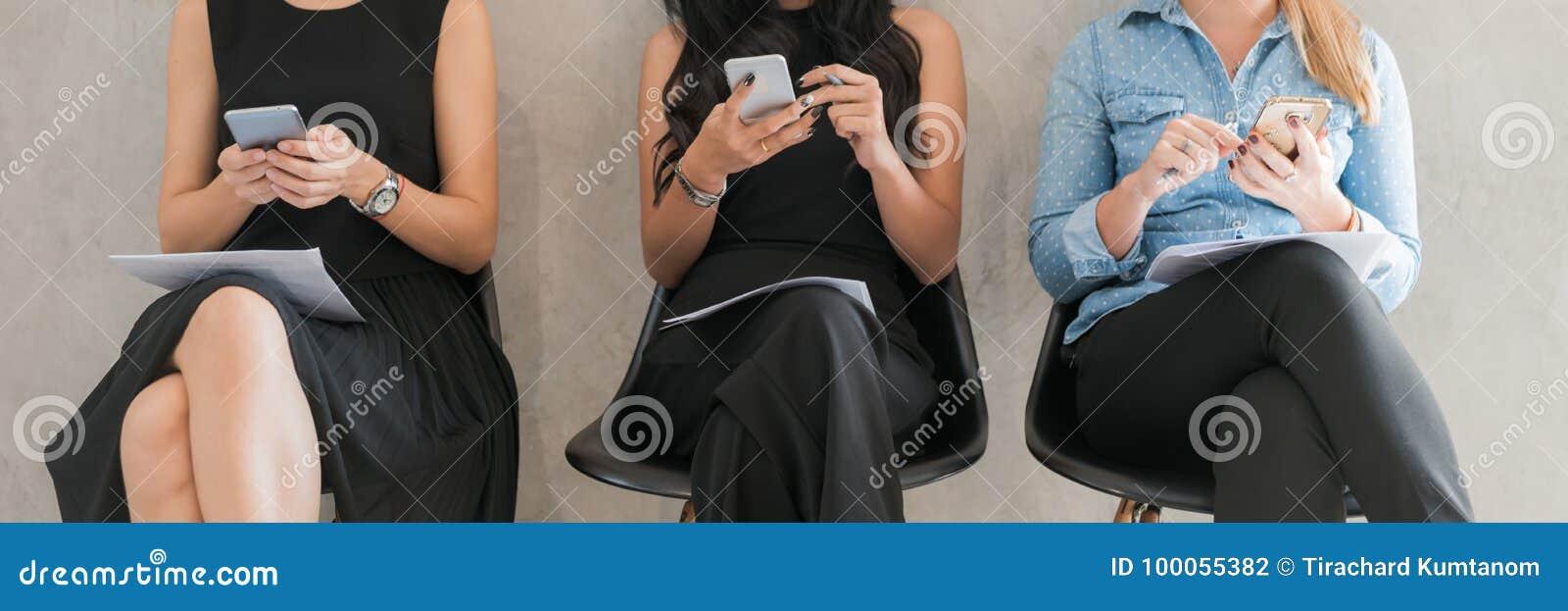 Amigos adultos dos modernos do grupo que sentam Sofa Using Modern Gadgets Conceito dos trabalhos de equipa da amizade da partida