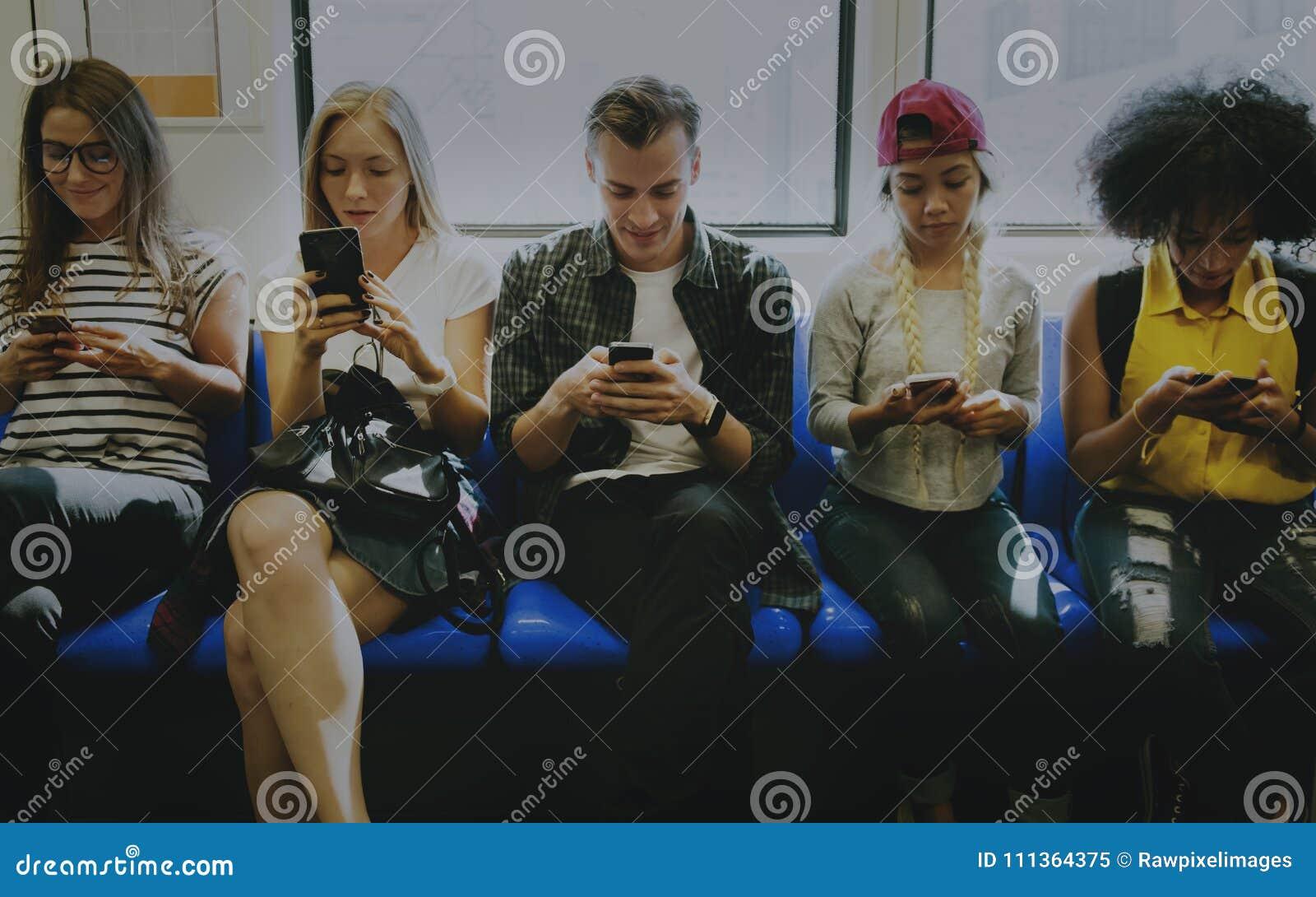 Amigos adultos novos que usam smartphones