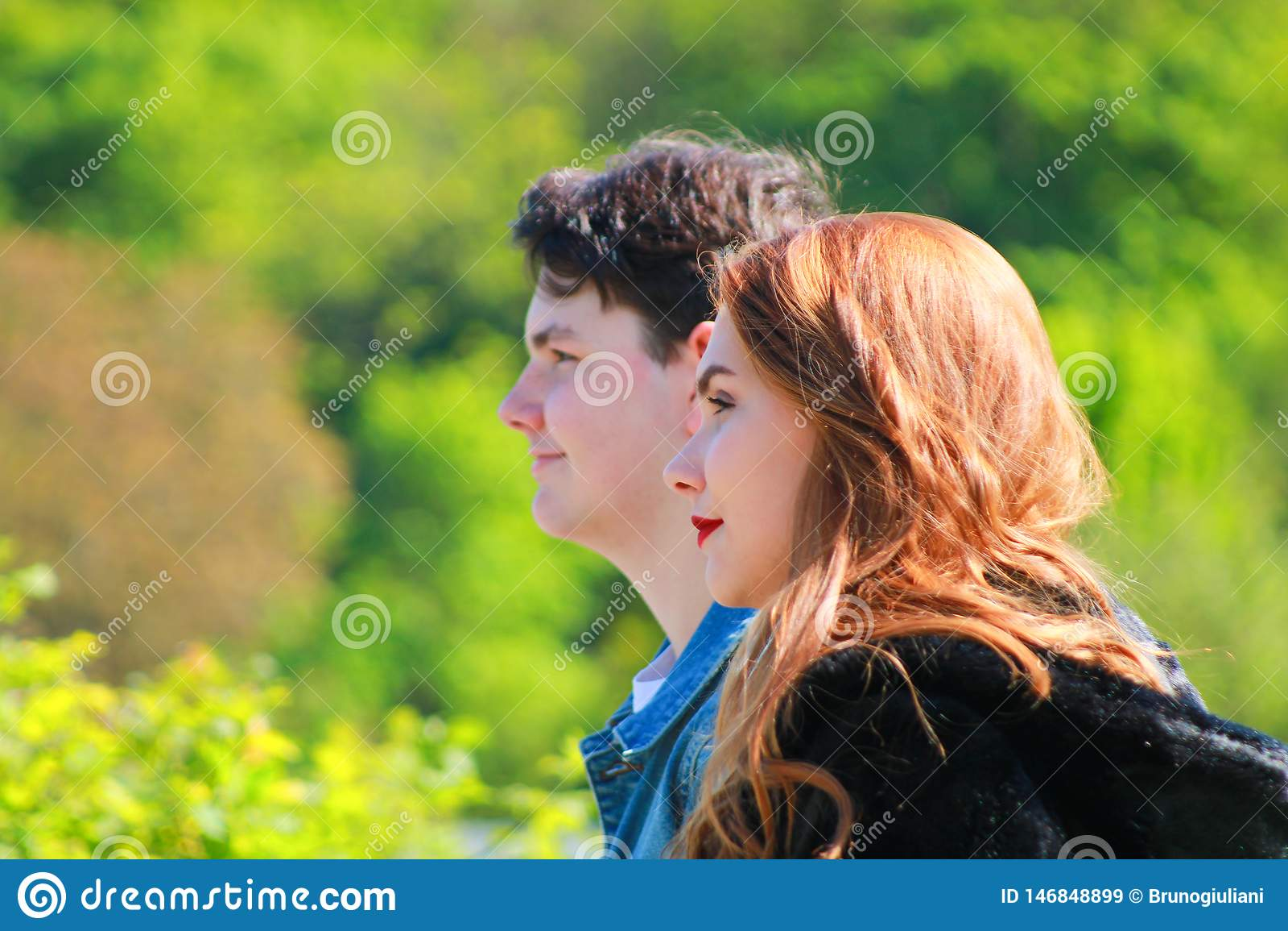 Amigos bonitos de las adolescencias junto al aire libre