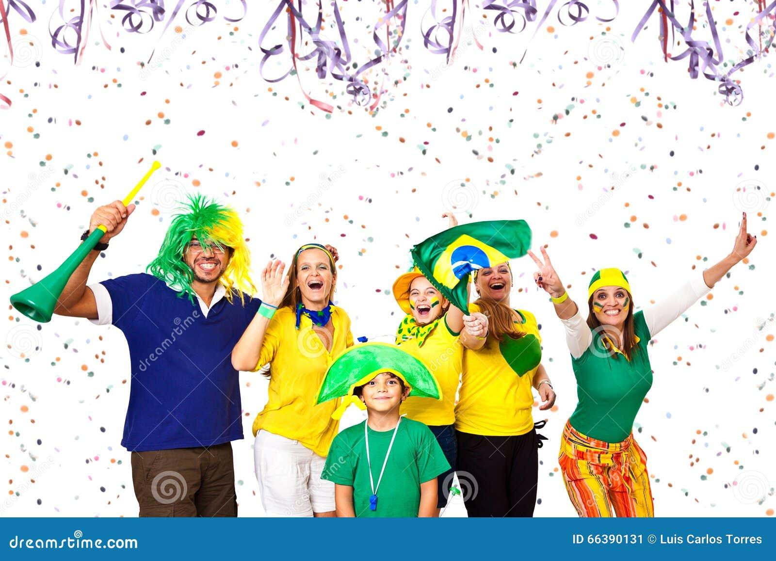 Amigos brasileiros que apreciam o tempo do carnaval