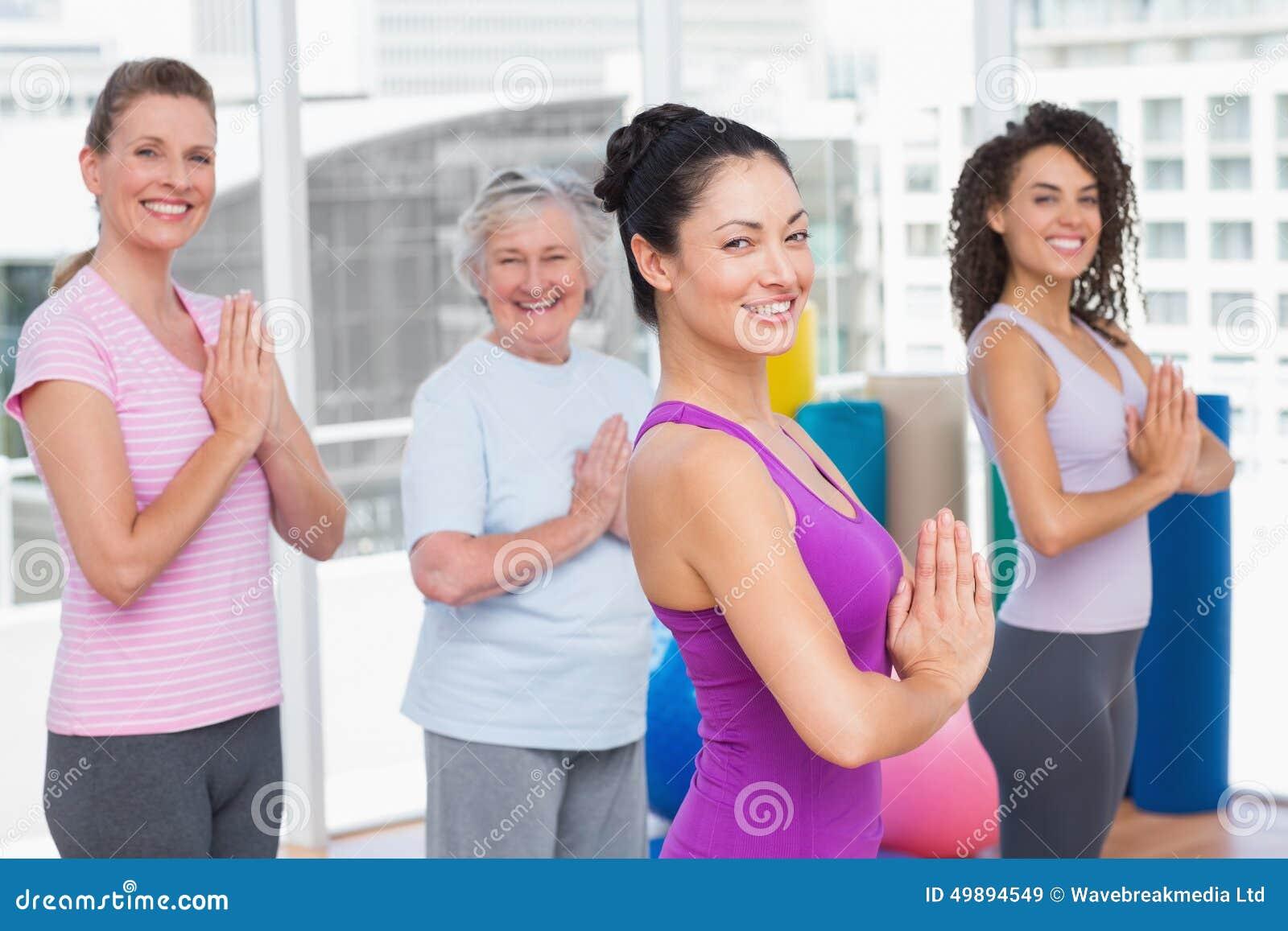 Amigos com posição abraçada mãos no gym
