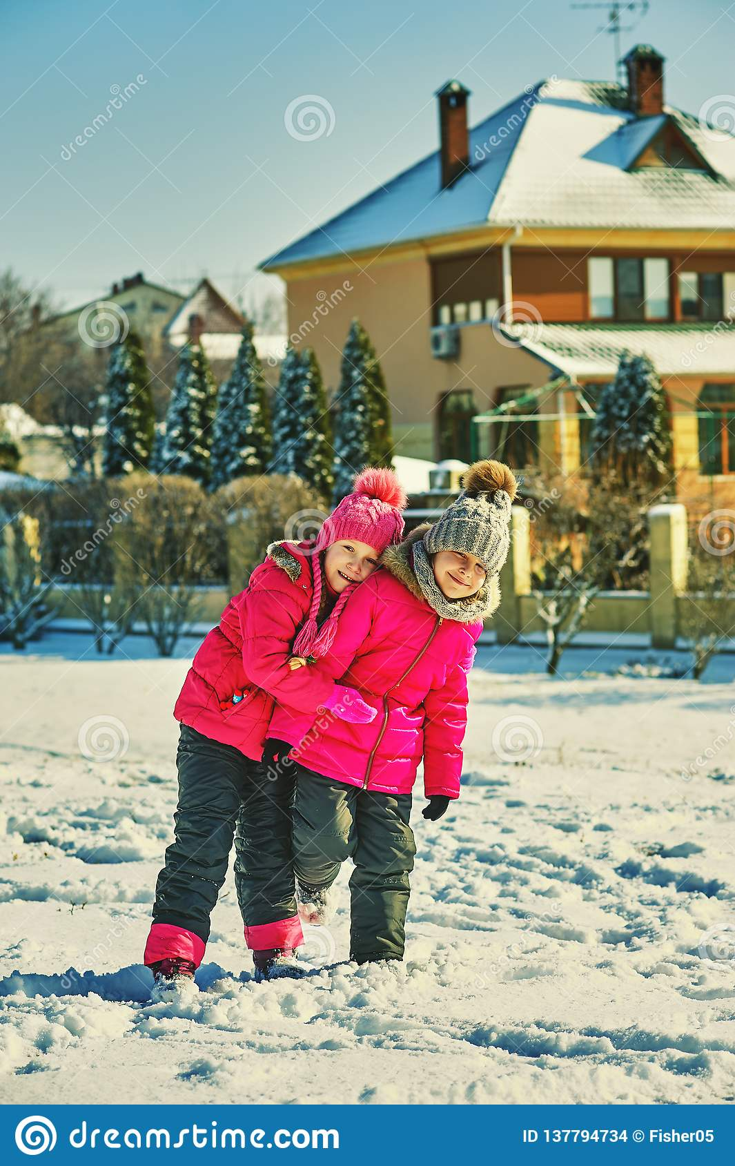 Amigos das crianças em uma caminhada do inverno