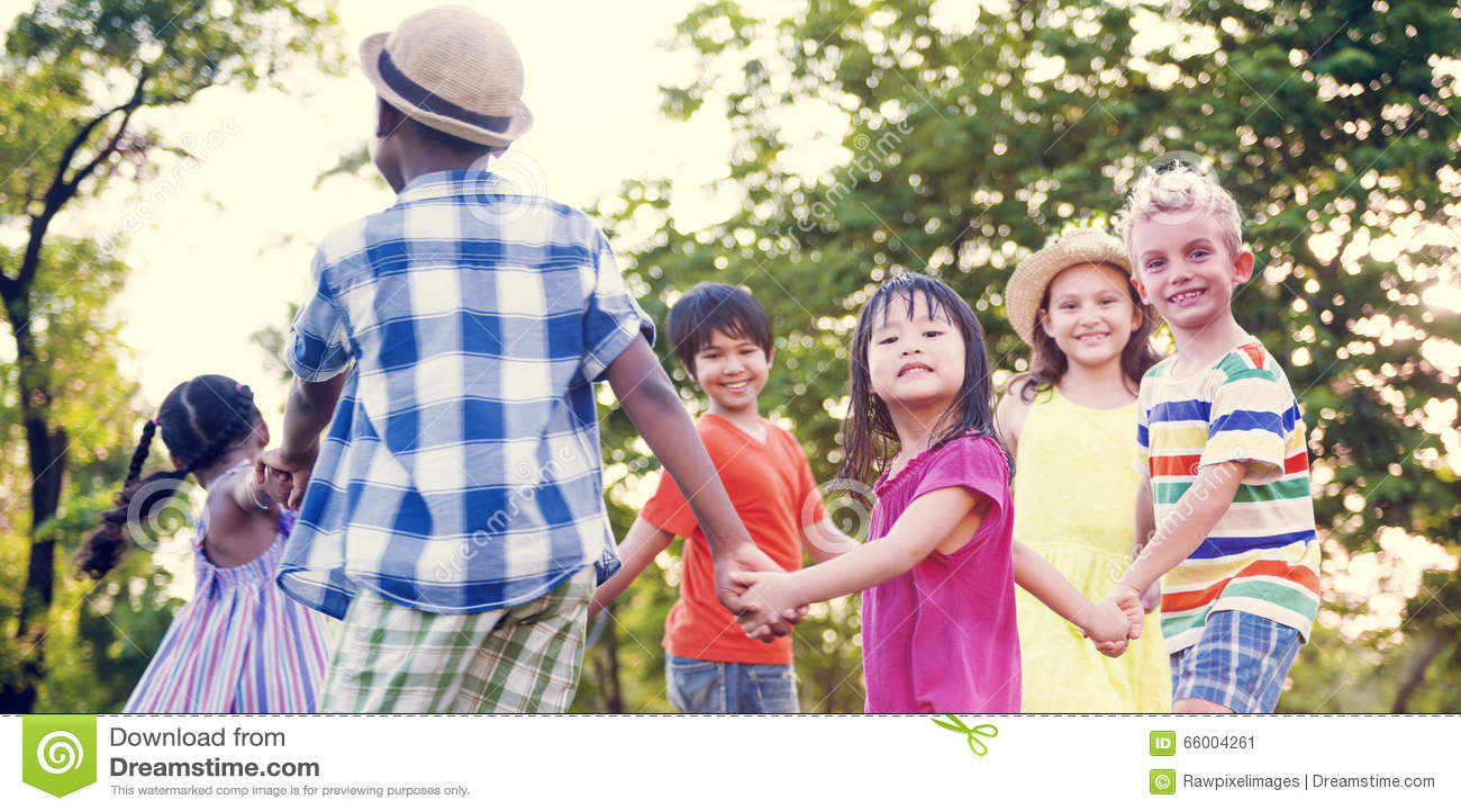 Amigos de los niños que juegan concepto activo juguetón