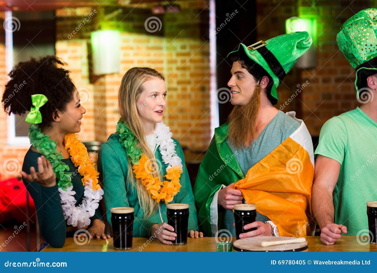 Amigos de sorriso com acessório irlandês