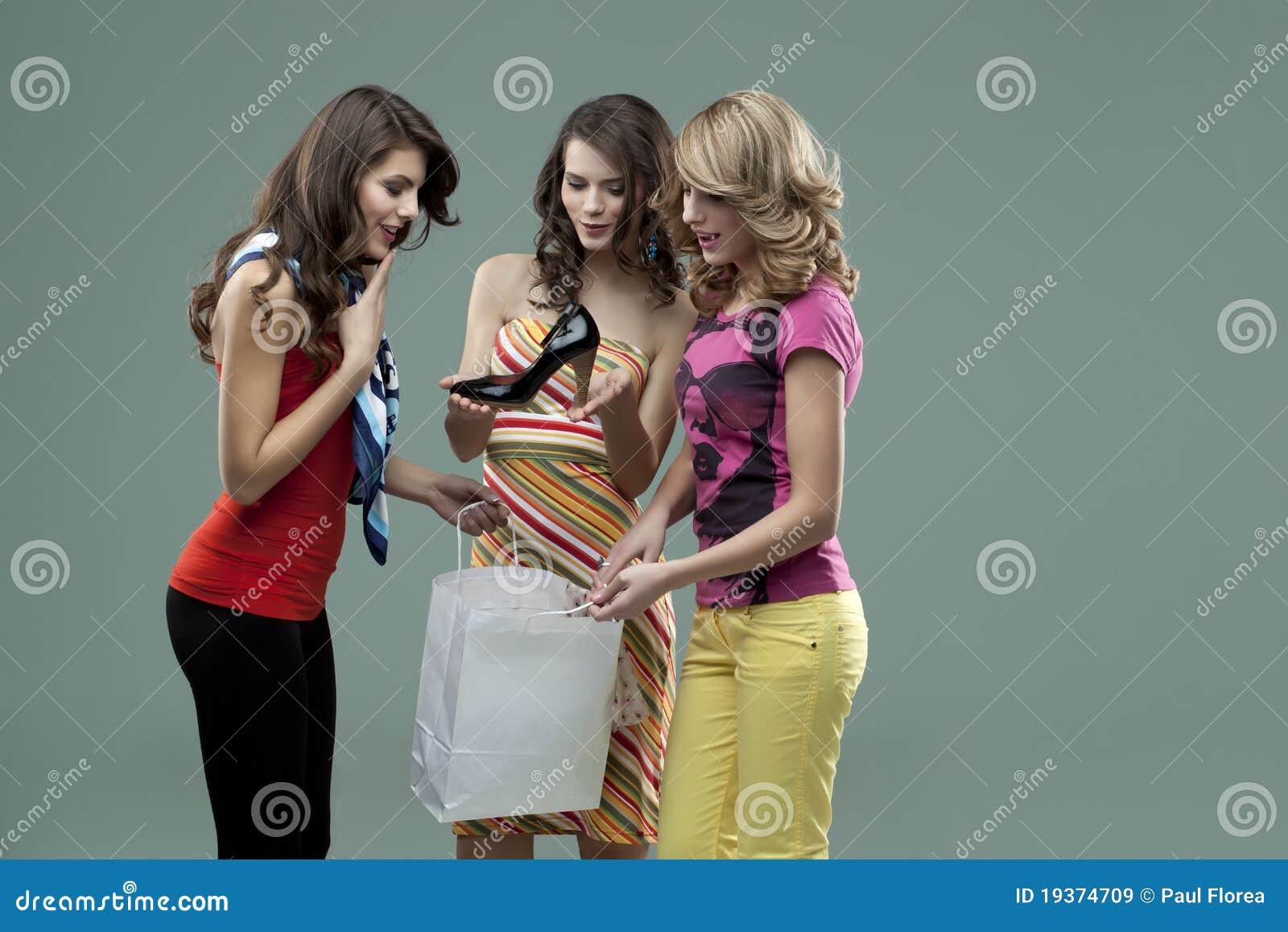 Amigos de sorriso das mulheres novas