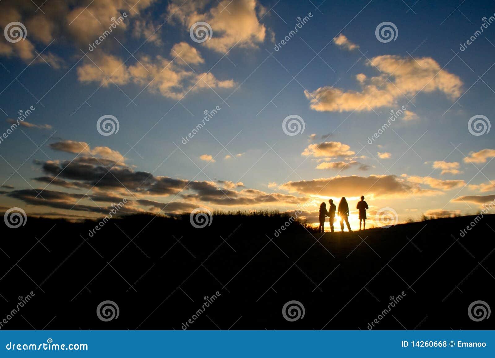 Amigos do grupo do por do sol