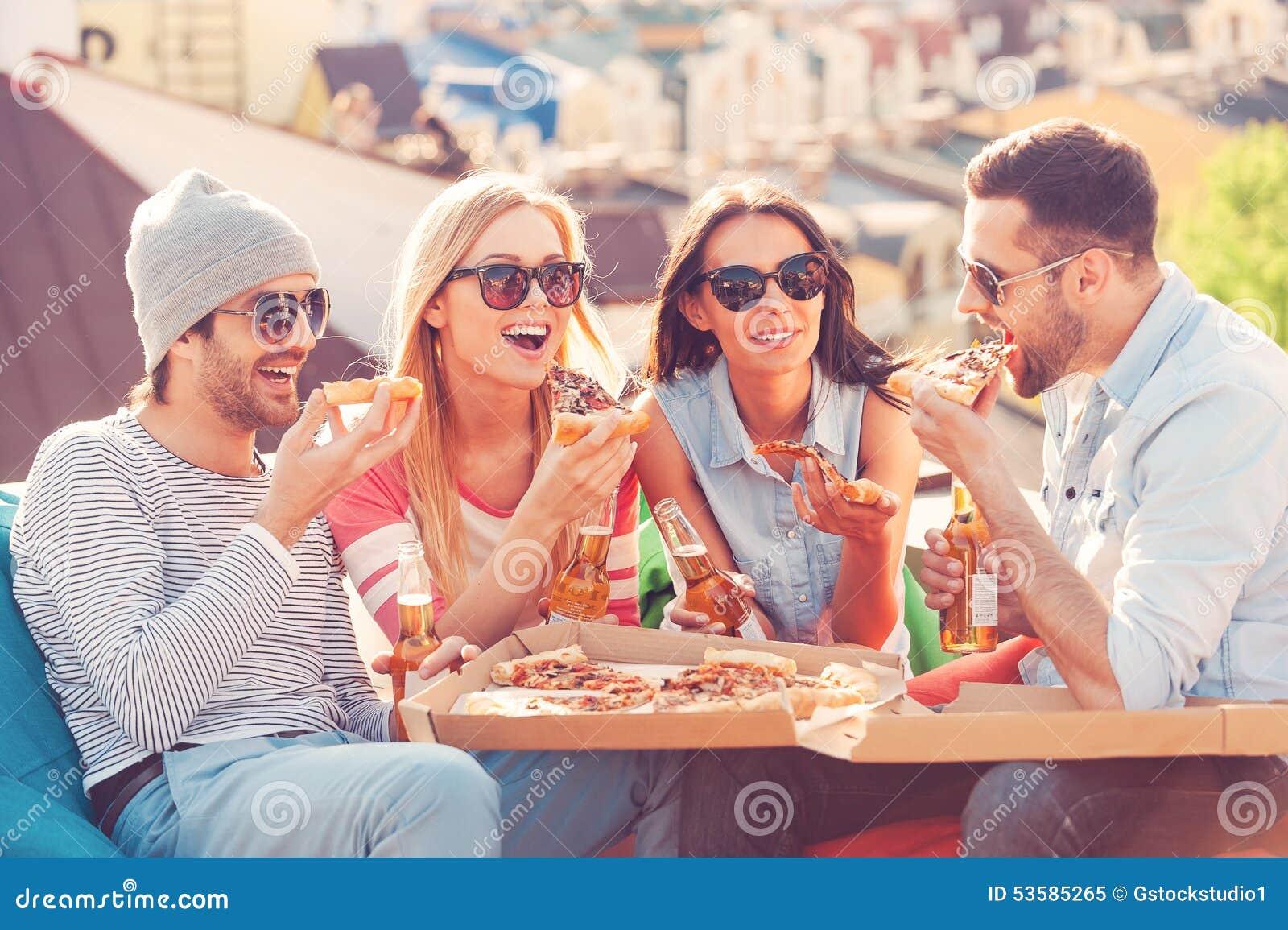 Amigos e pizza