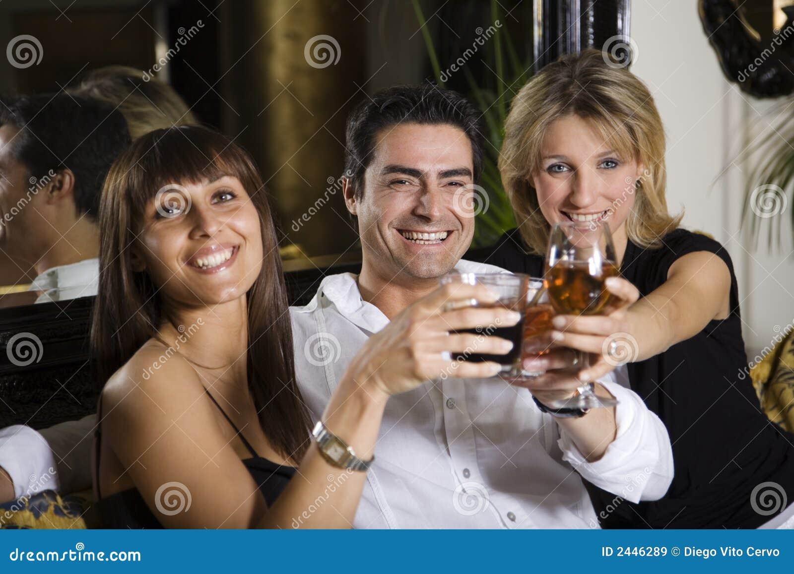 Amigos em um restaurante