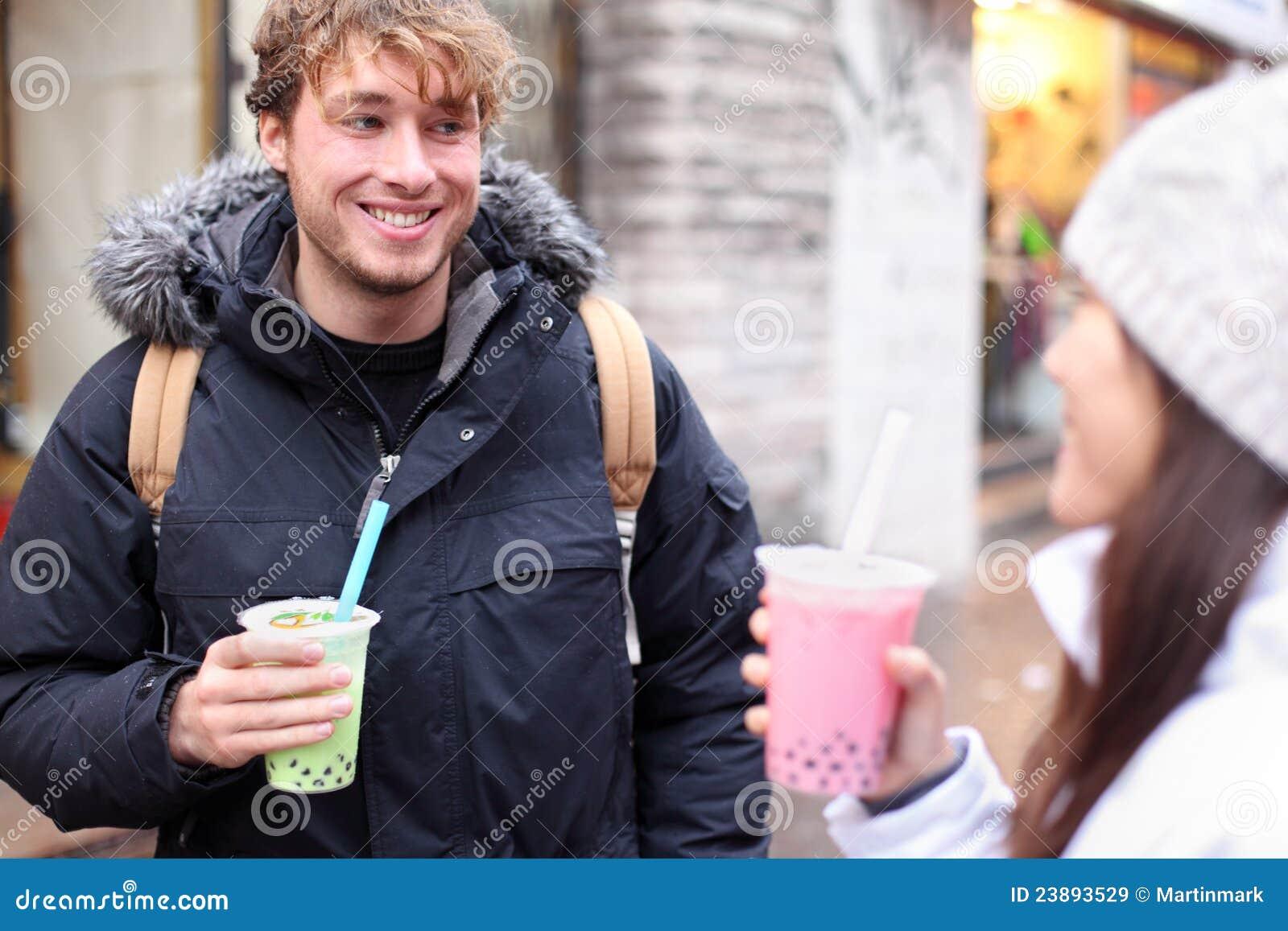 Amigos en té de consumición de la burbuja de la ciudad