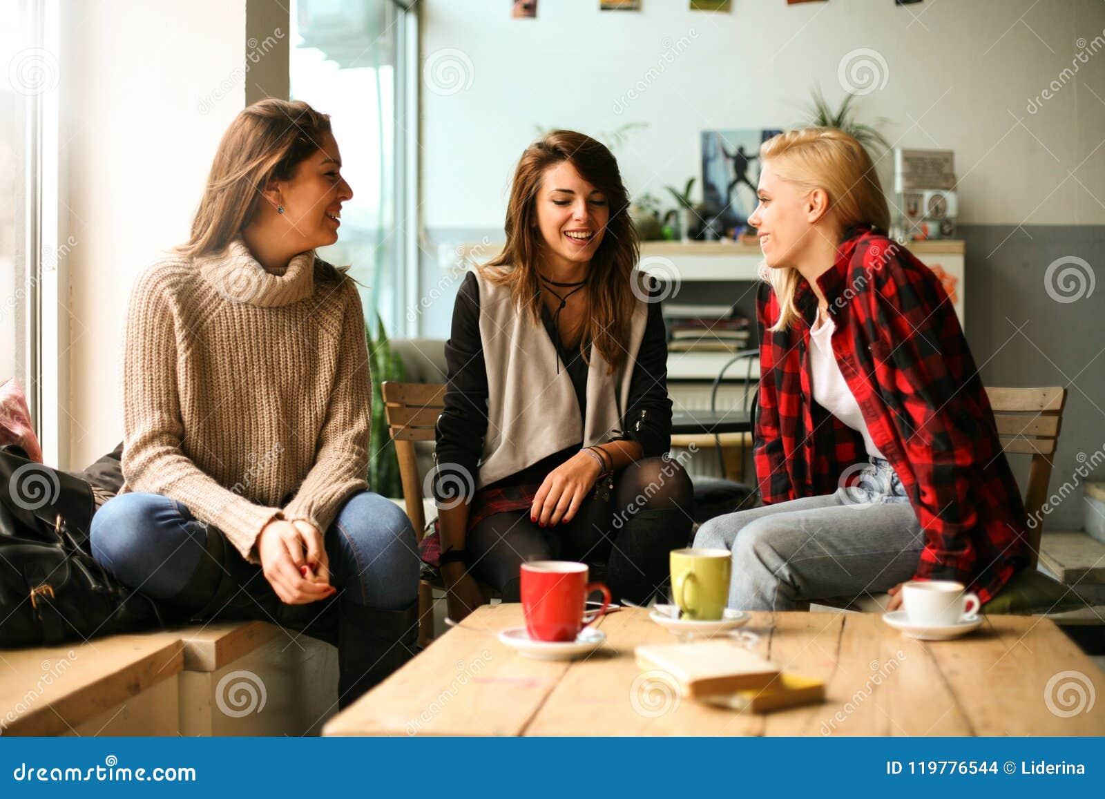 Amigos en un café