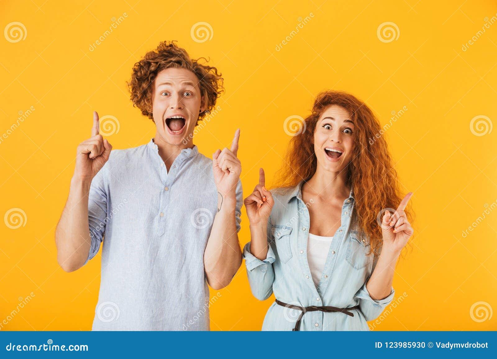Amigos entusiasmado que amam apontar dos pares