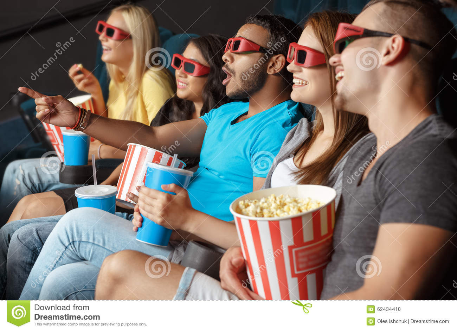 Amigos felices en el cine