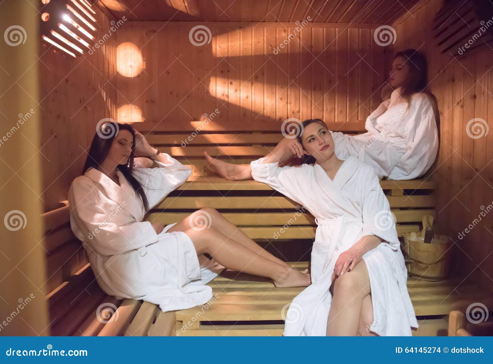 Amigos femeninos en sauna
