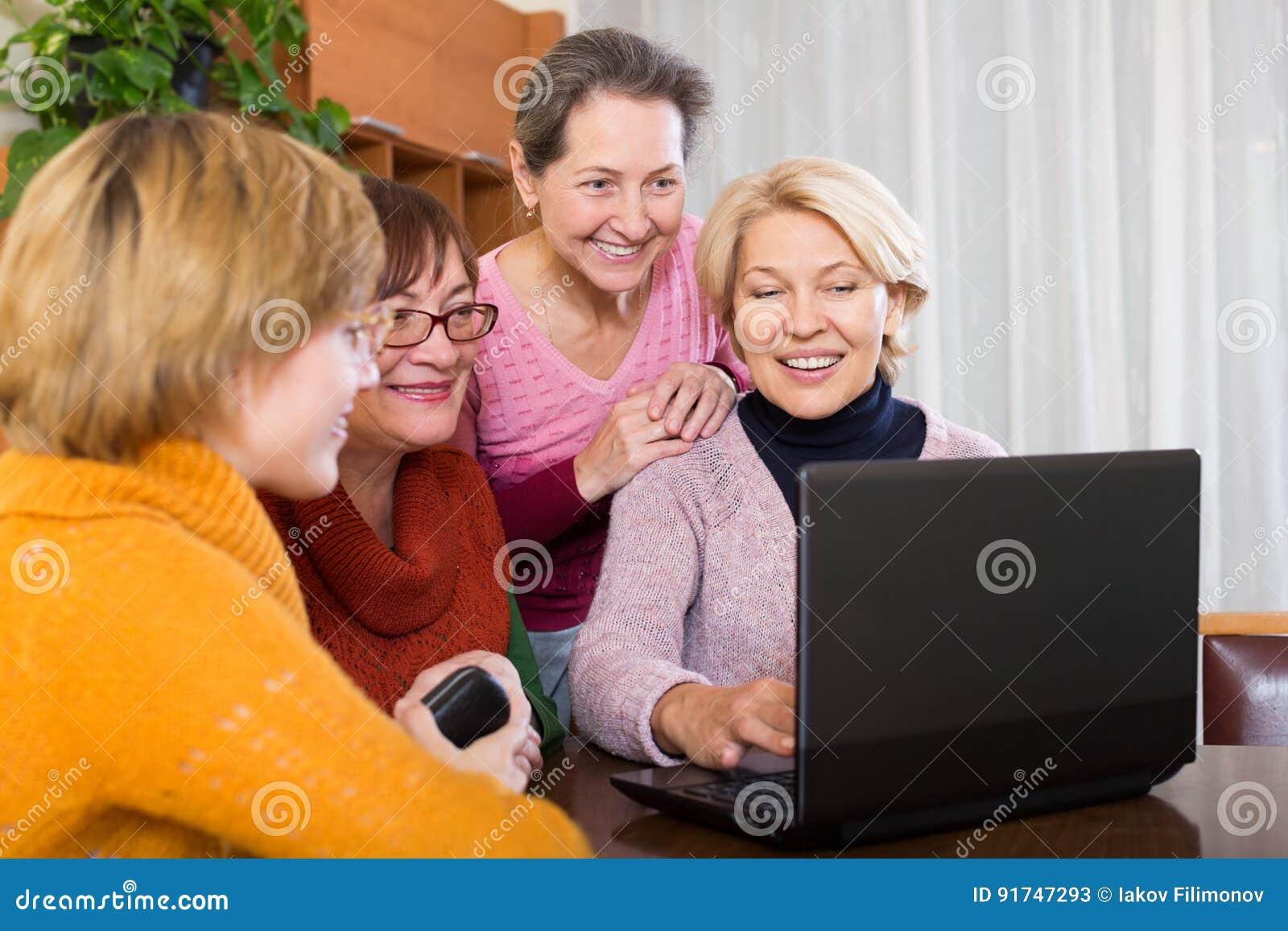 Amigos femeninos en terraza del verano
