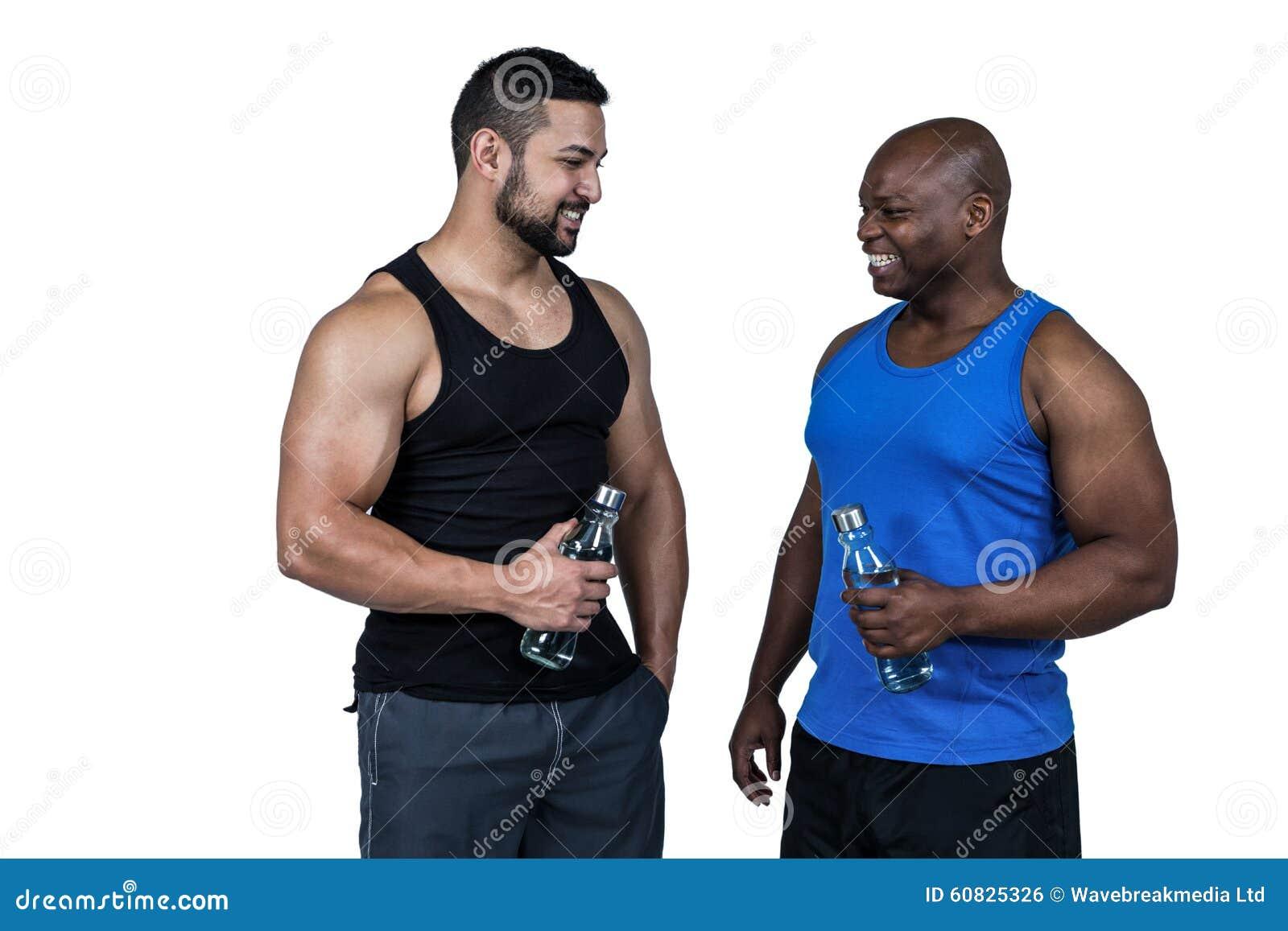 Amigos fuertes que toman una bebida