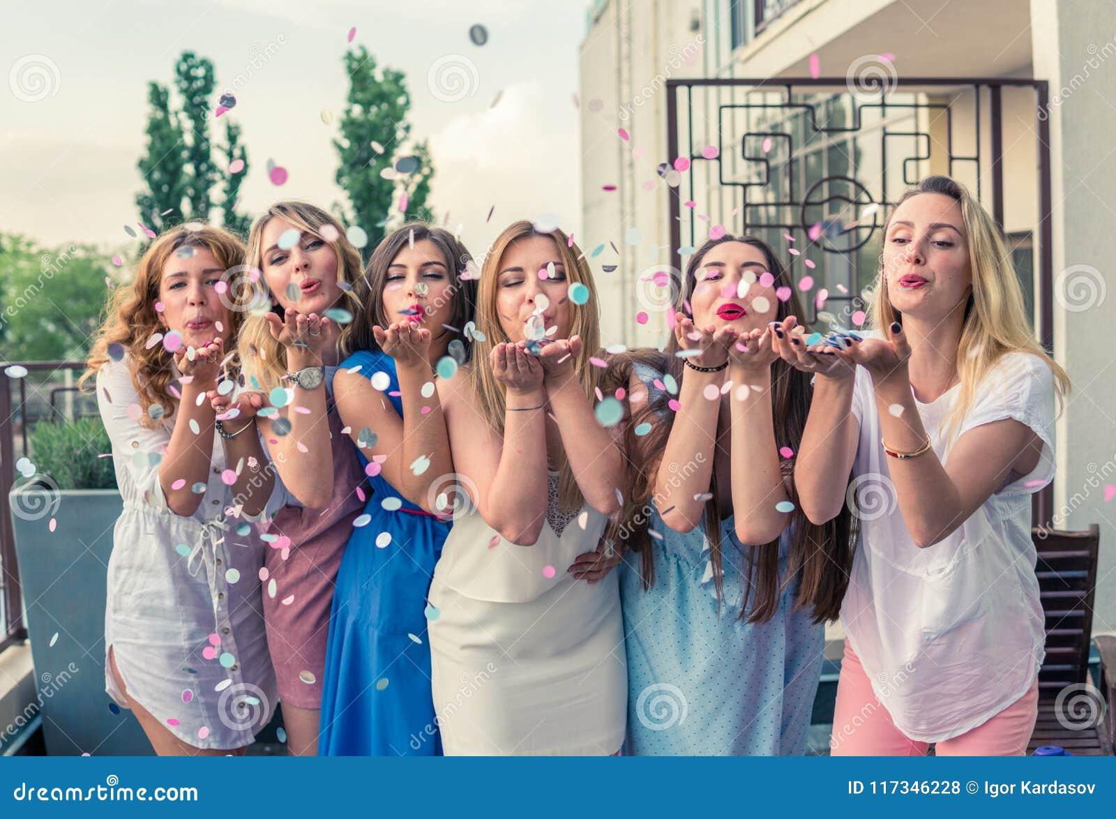 Amigos hermosos de las mujeres que se divierten en el partido de la soltera