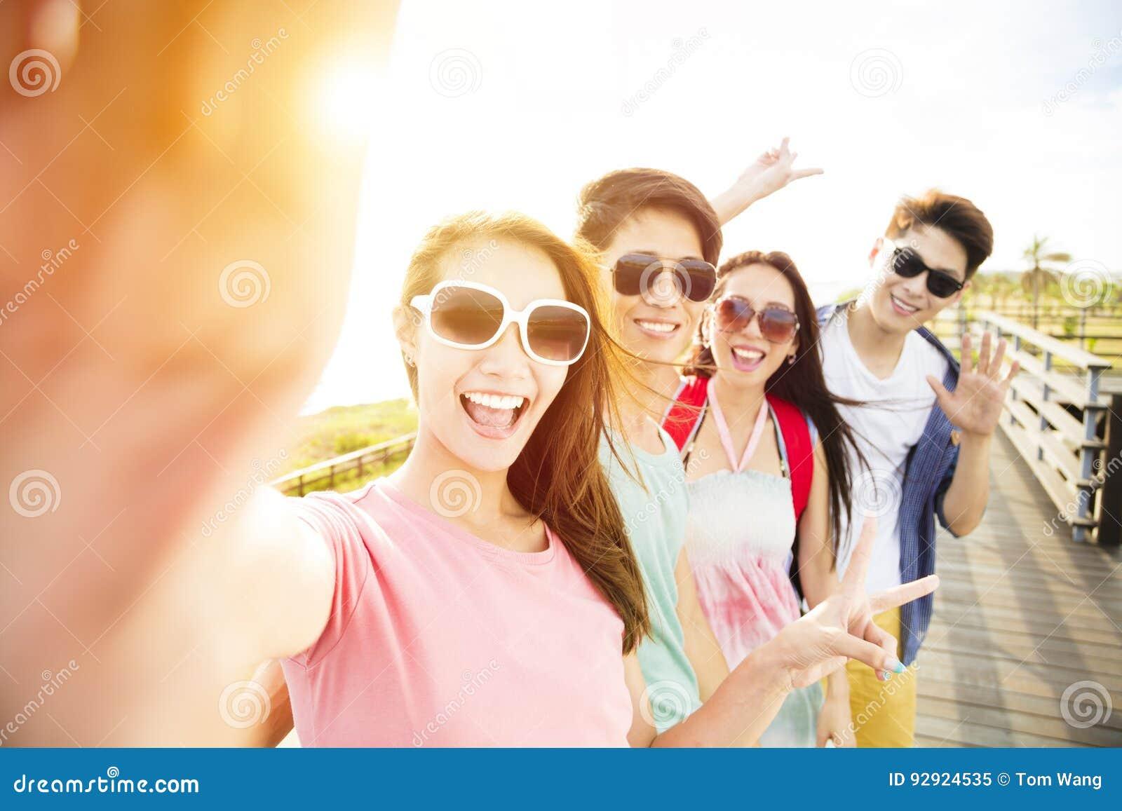 Amigos jovenes del grupo que toman el selfie el vacaciones de verano