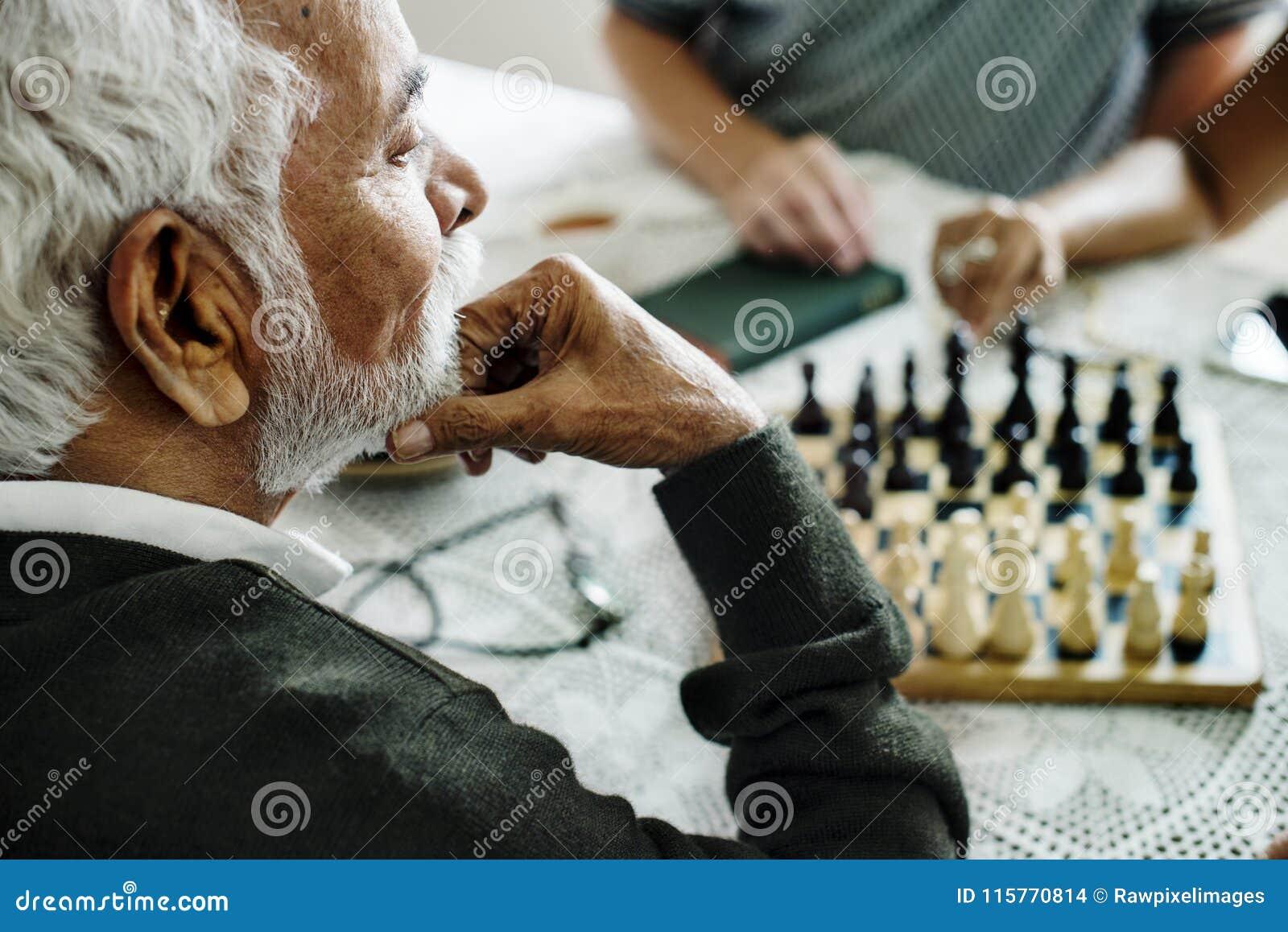 Amigos mayores que juegan al ajedrez junto