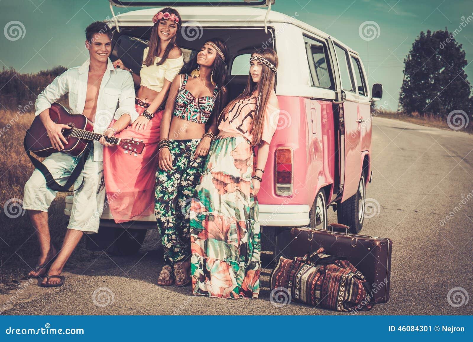 Amigos Multi-étnicos da hippie em uma viagem por estrada