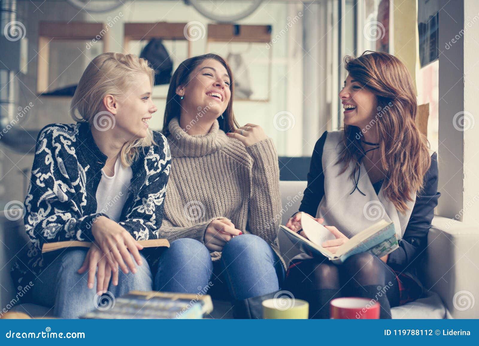 Amigos no café Melhor amigo três que tem a conversação engraçada