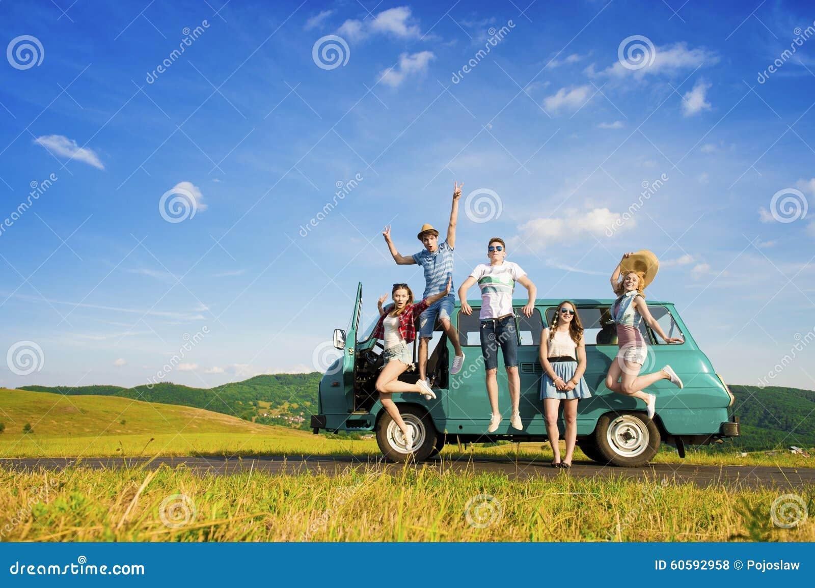 Amigos novos do moderno na viagem por estrada
