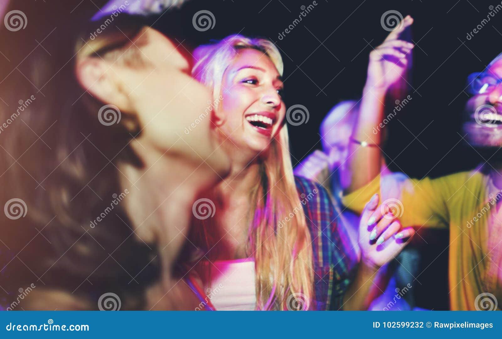 Amigos que bailan en un partido del verano