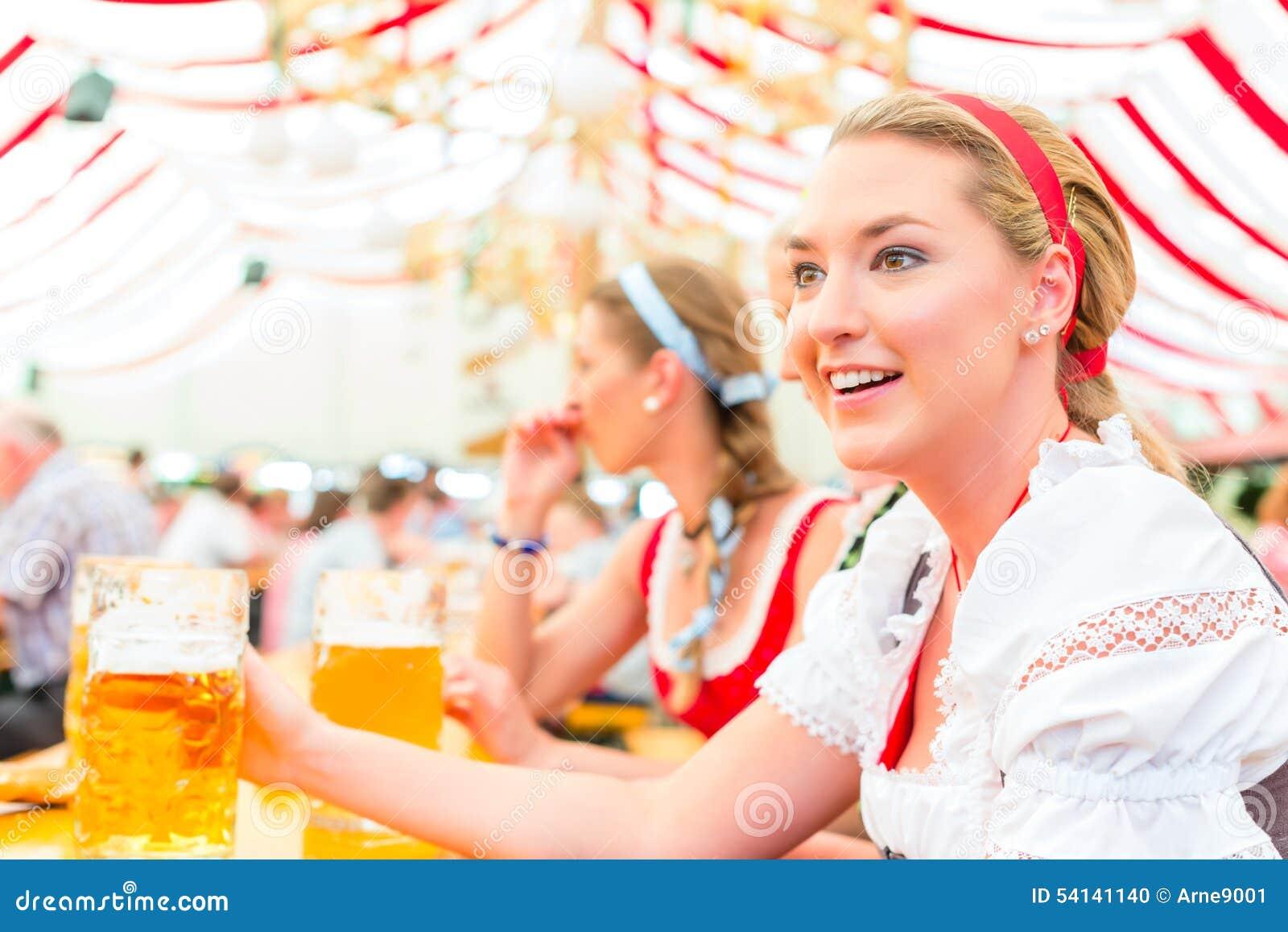 Amigos que bebem a cerveja bávara em Oktoberfest