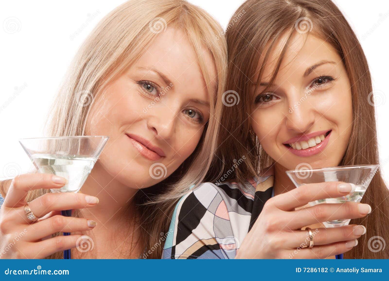 Amigos que beben el vermú