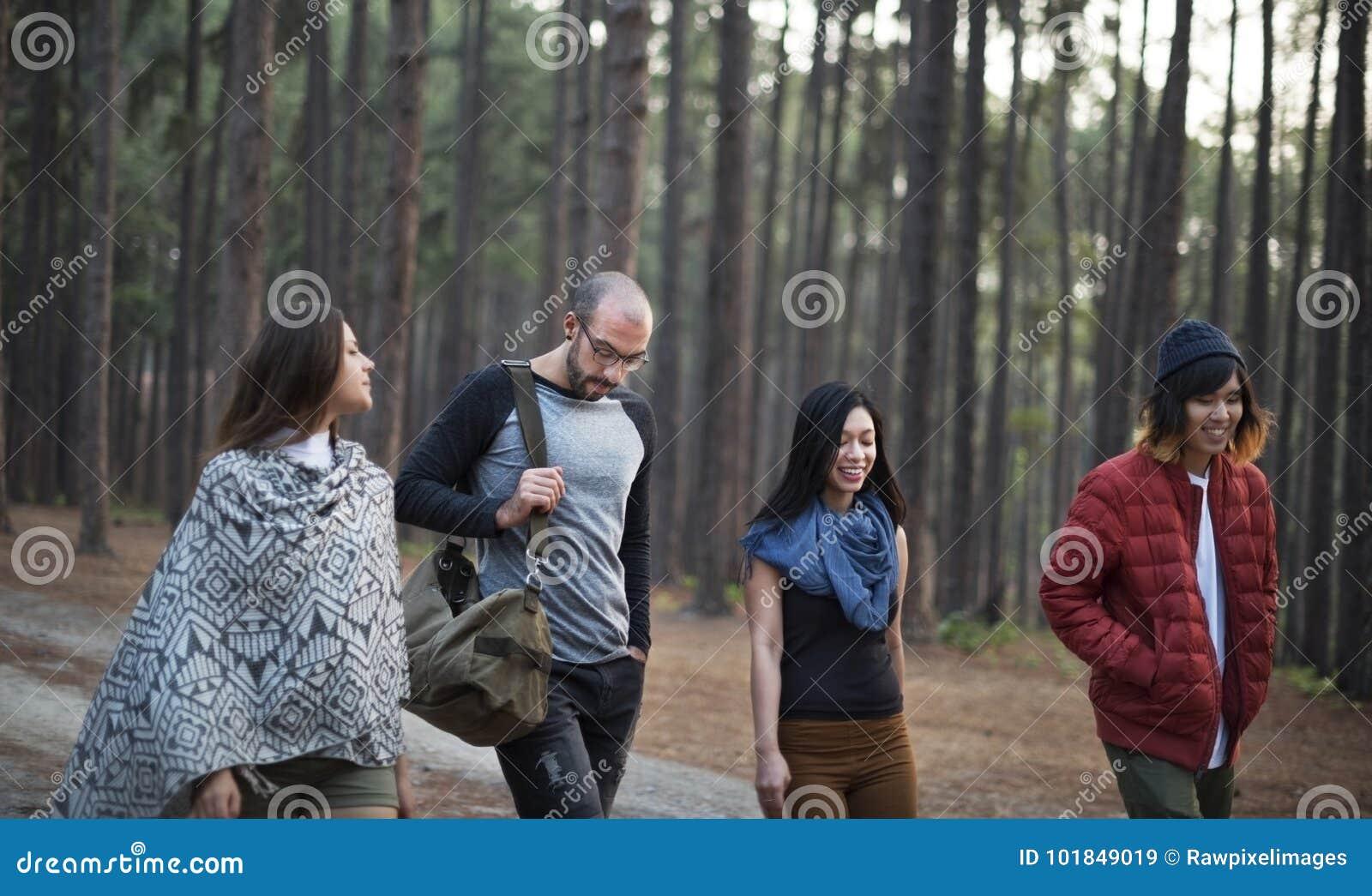 Amigos que caminan a través del bosque