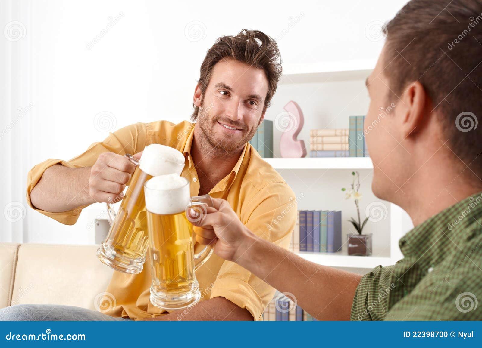 Amigos que clinking com cerveja