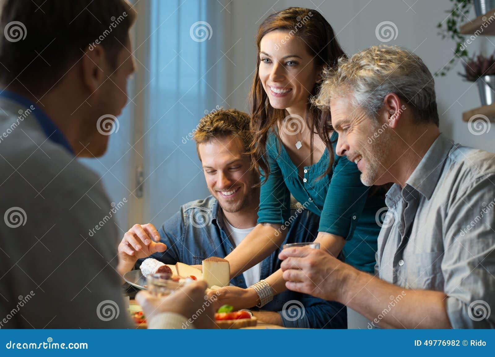 Amigos que comem em casa