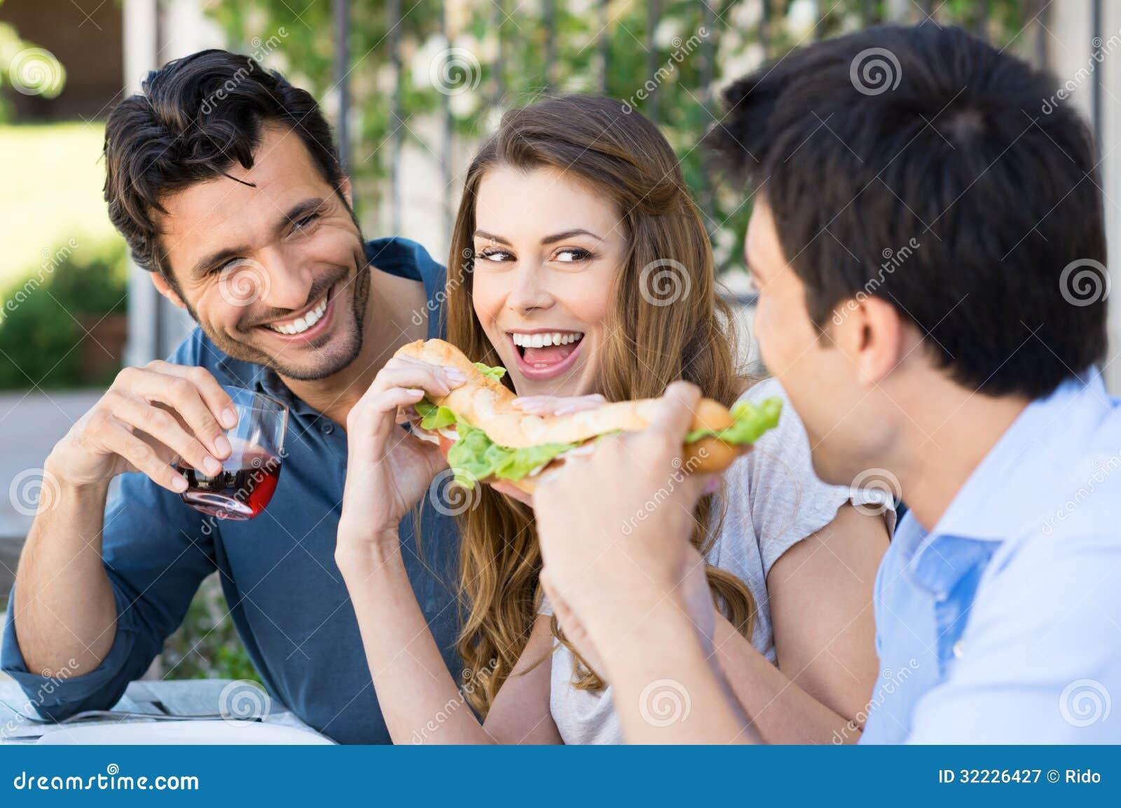 Download Amigos Que Comem O Sanduíche Imagem de Stock - Imagem de comer, feliz: 32226427