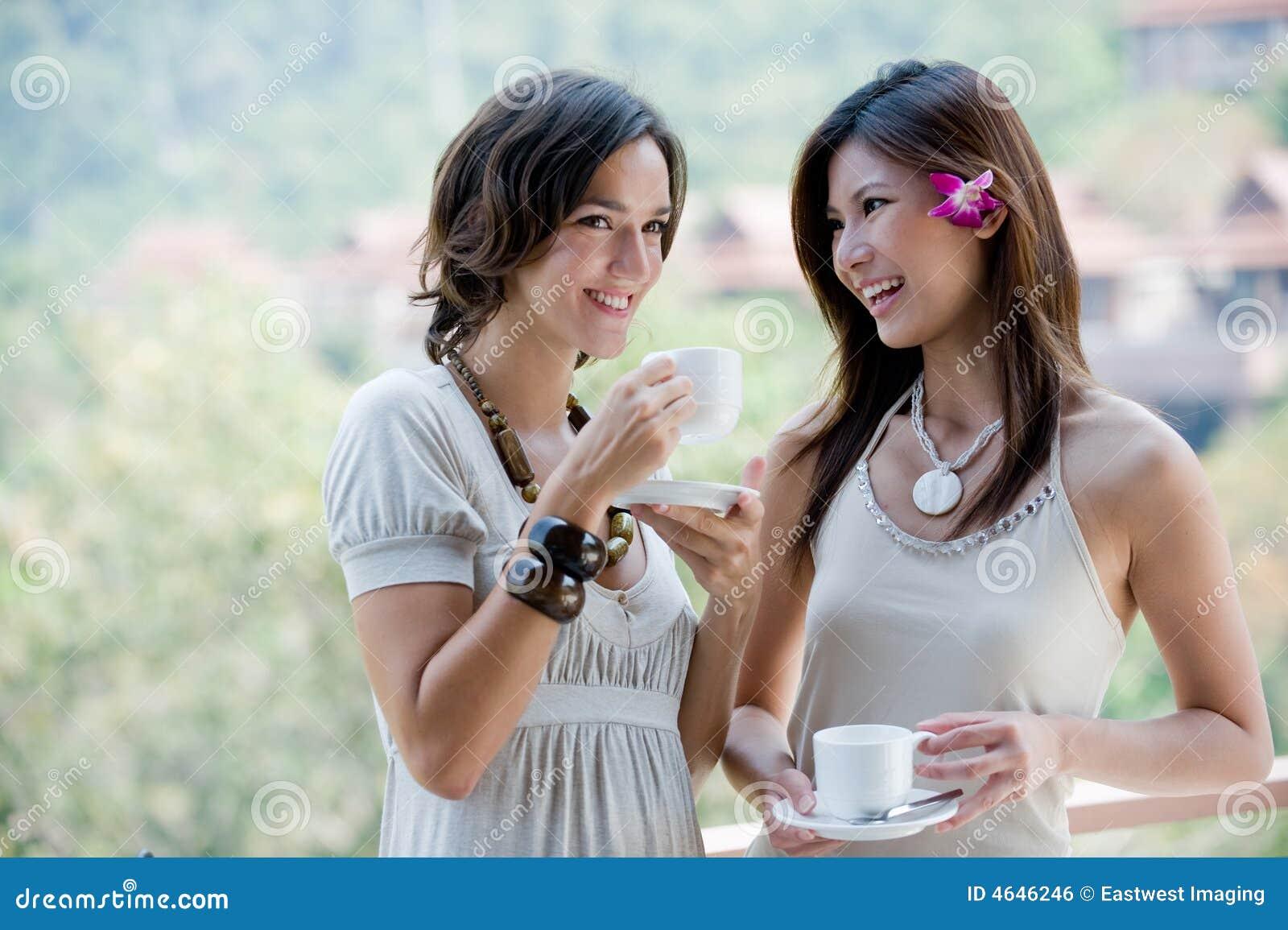 Amigos que comen café
