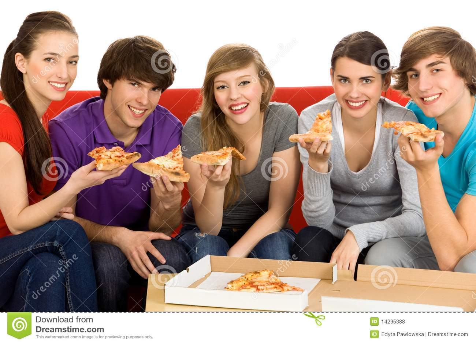 Amigos que comen la pizza fotos de archivo libres de for Que manger entre amis