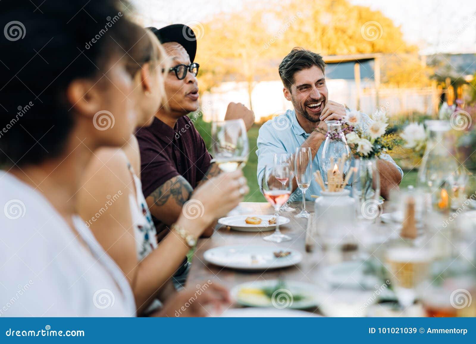 Amigos que disfrutan de la comida al aire libre del verano