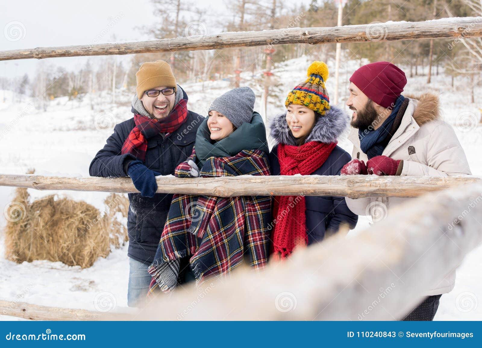 Amigos que disfrutan de vacaciones del invierno