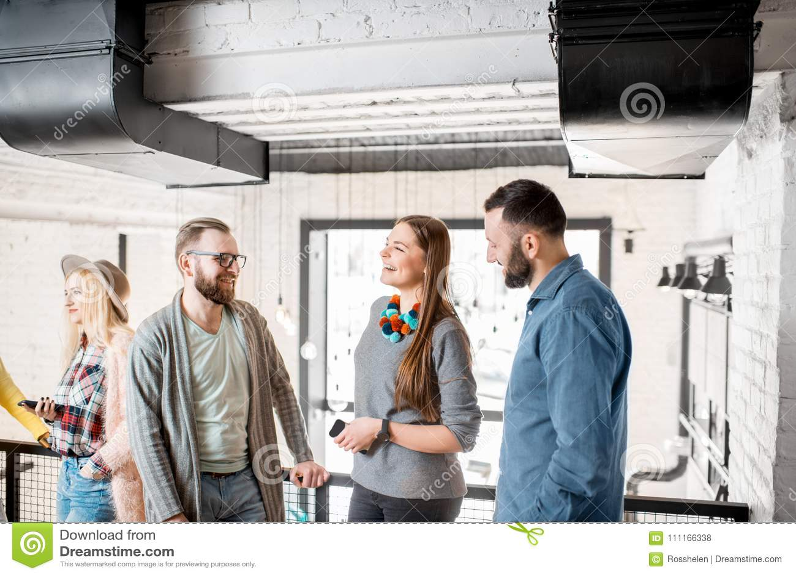 Amigos que falam durante a ruptura na sala de conferências