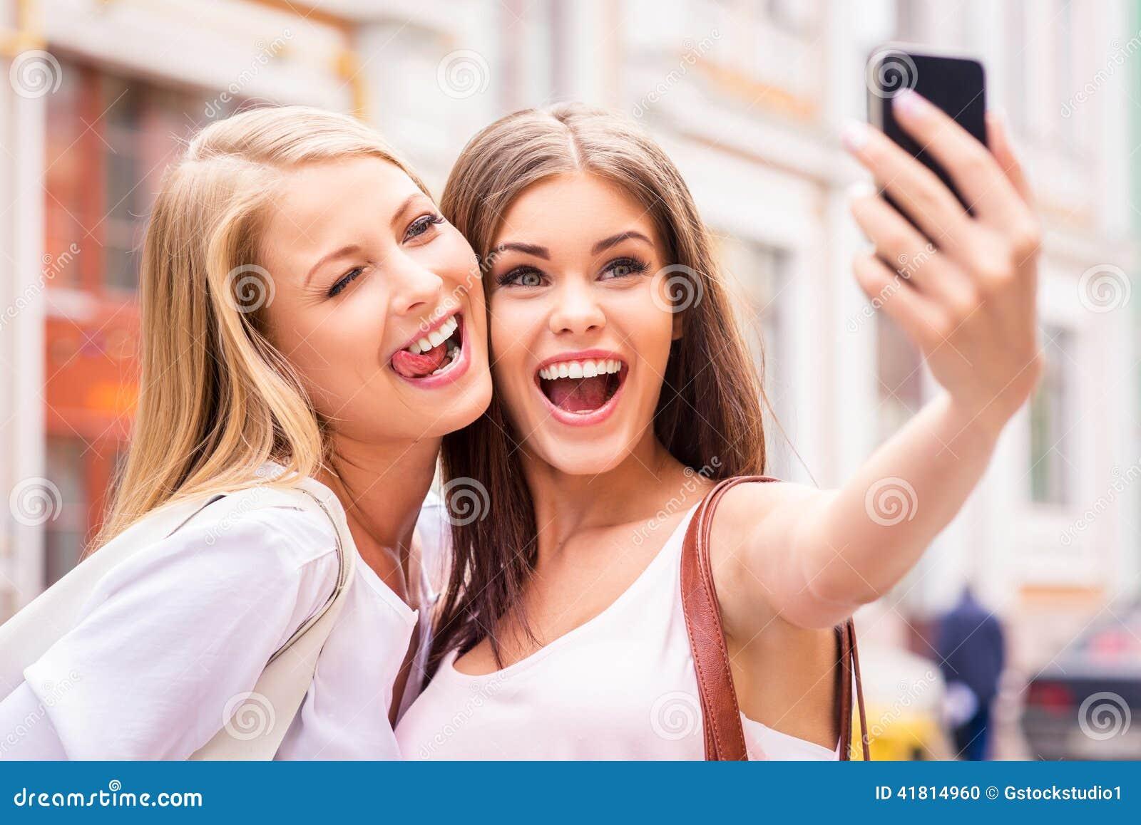 Amigos que hacen el selfie