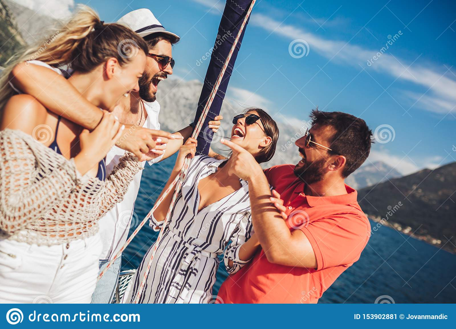 Amigos que navegam no iate F?rias, curso, mar, amizade e conceito dos povos