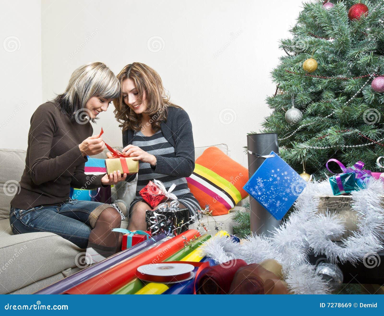 Amigos que preparan regalos de Navidad