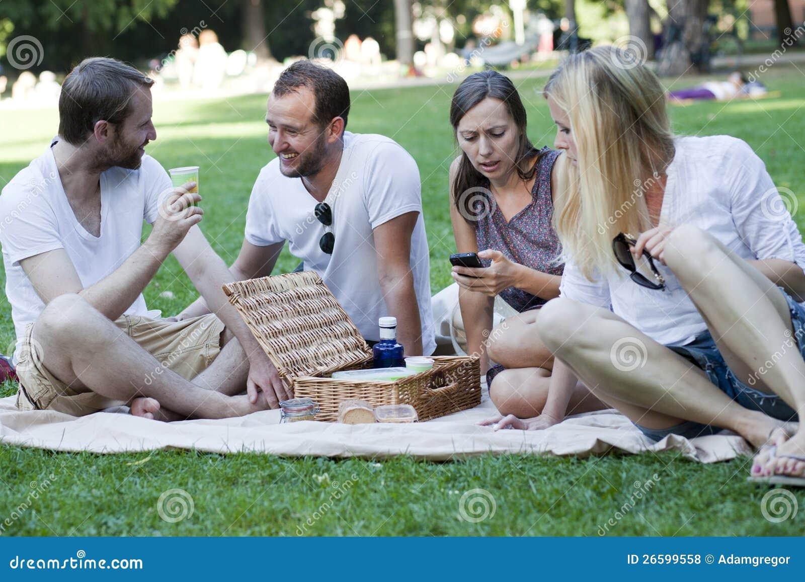 Amigos que relaxam no parque