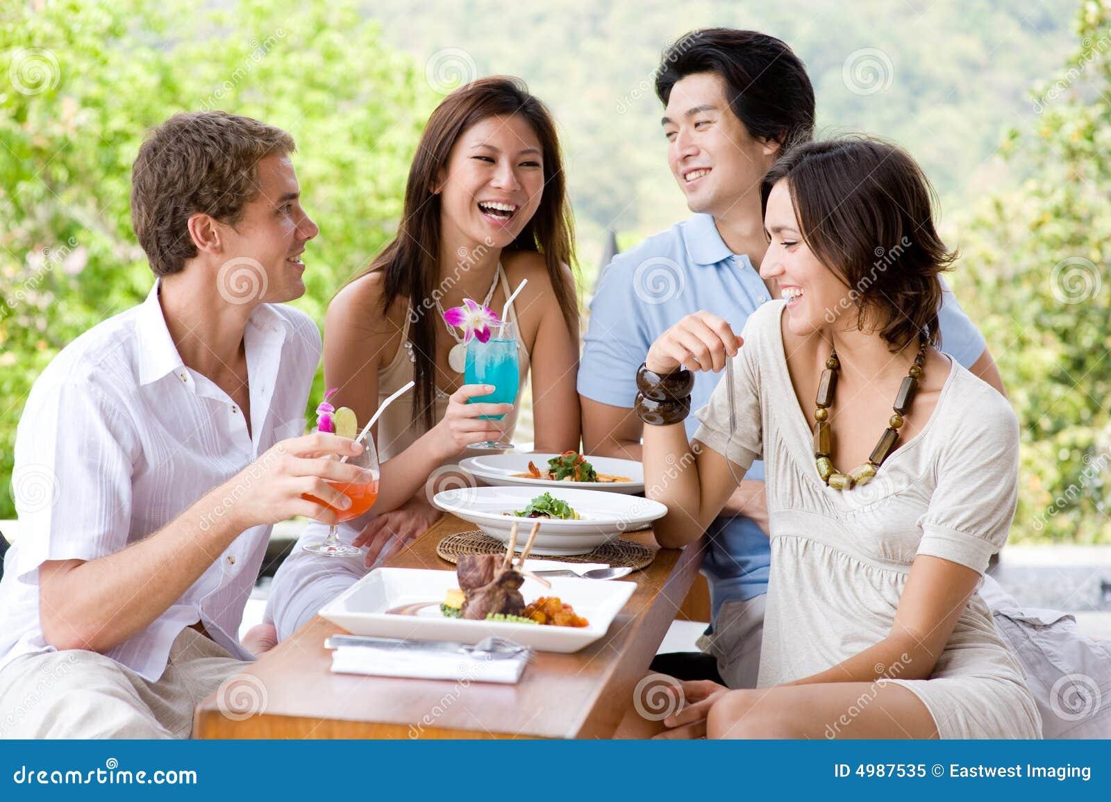 Amigos que têm o almoço